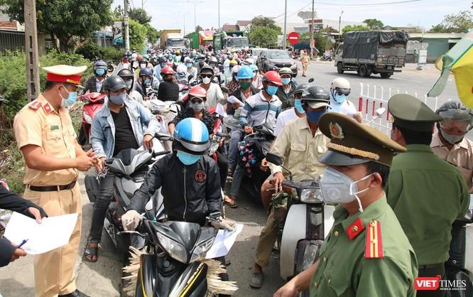 """Ảnh: Hàng ngàn người dân Quảng Nam hối hả rời Đà Nẵng trước giờ """"giới nghiêm"""" ảnh 9"""