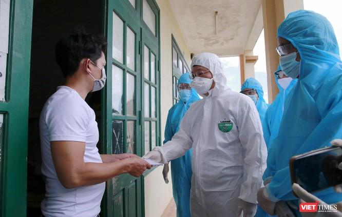 Quảng Nam: Chủ tịch UBND tỉnh đến khu cách ly thăm người dân được đón về từ TP HCM trở về ảnh 5