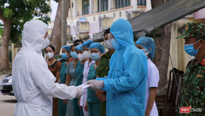 Quảng Nam: Chủ tịch UBND tỉnh đến khu cách ly thăm người dân được đón về từ TP HCM trở về ảnh 4