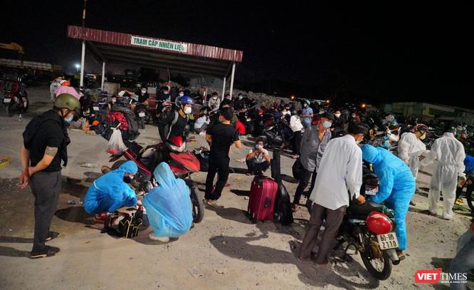 Ảnh: Đội sinh viên tình nguyện Đà Nẵng xuyên đêm tiếp sức người dân đi xe máy về quê tránh dịch ảnh 11