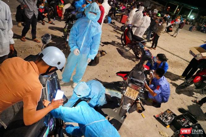 Ảnh: Đội sinh viên tình nguyện Đà Nẵng xuyên đêm tiếp sức người dân đi xe máy về quê tránh dịch ảnh 7