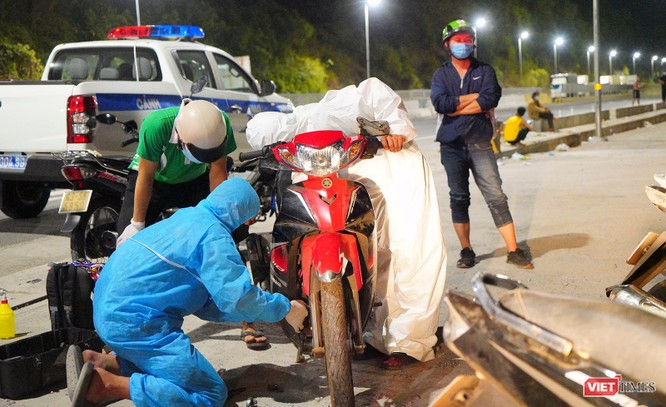 Ảnh: Đội sinh viên tình nguyện Đà Nẵng xuyên đêm tiếp sức người dân đi xe máy về quê tránh dịch ảnh 5