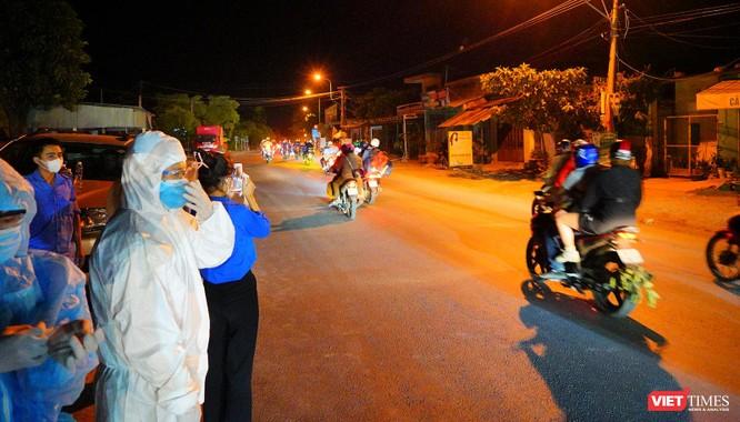 Ảnh: Đội sinh viên tình nguyện Đà Nẵng xuyên đêm tiếp sức người dân đi xe máy về quê tránh dịch ảnh 3