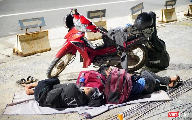 Ảnh: Đội sinh viên tình nguyện Đà Nẵng xuyên đêm tiếp sức người dân đi xe máy về quê tránh dịch ảnh 23