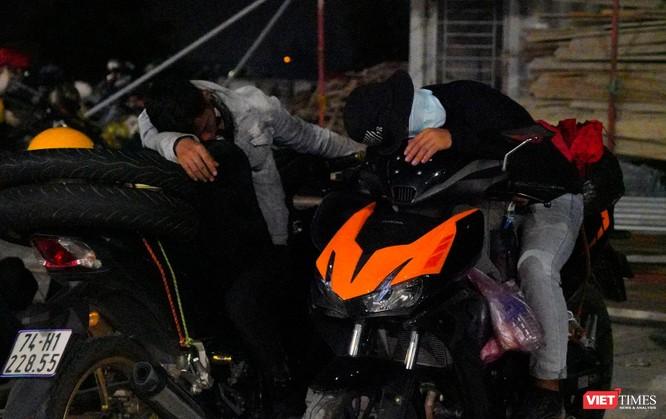 Ảnh: Đội sinh viên tình nguyện Đà Nẵng xuyên đêm tiếp sức người dân đi xe máy về quê tránh dịch ảnh 29