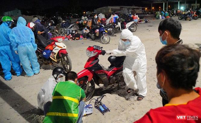 Ảnh: Đội sinh viên tình nguyện Đà Nẵng xuyên đêm tiếp sức người dân đi xe máy về quê tránh dịch ảnh 18