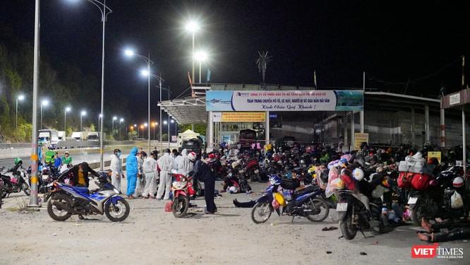 Ảnh: Đội sinh viên tình nguyện Đà Nẵng xuyên đêm tiếp sức người dân đi xe máy về quê tránh dịch ảnh 17