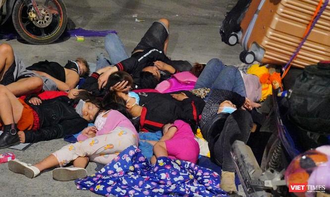 Ảnh: Đội sinh viên tình nguyện Đà Nẵng xuyên đêm tiếp sức người dân đi xe máy về quê tránh dịch ảnh 26