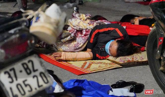 Ảnh: Đội sinh viên tình nguyện Đà Nẵng xuyên đêm tiếp sức người dân đi xe máy về quê tránh dịch ảnh 27