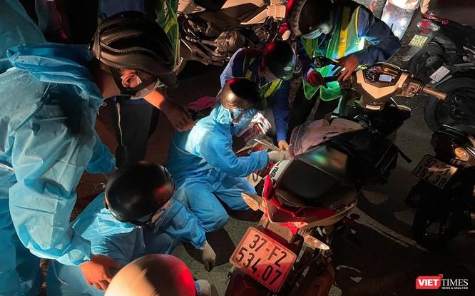 Ảnh: Đội sinh viên tình nguyện Đà Nẵng xuyên đêm tiếp sức người dân đi xe máy về quê tránh dịch ảnh 10