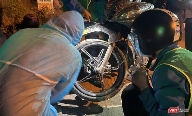 Ảnh: Đội sinh viên tình nguyện Đà Nẵng xuyên đêm tiếp sức người dân đi xe máy về quê tránh dịch ảnh 9