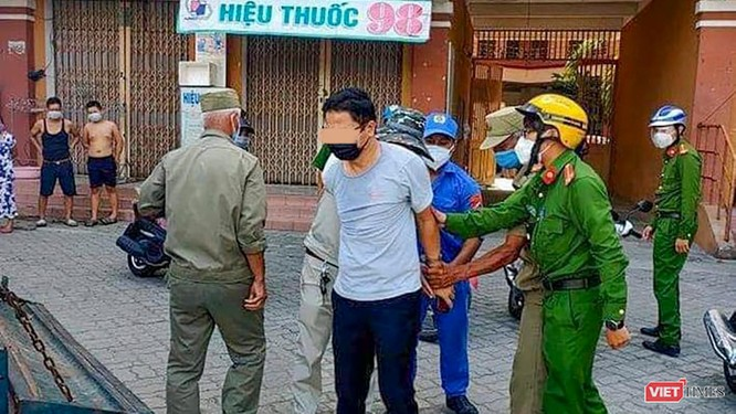 """Sự thật về """"cái gạt tay"""" của Phó Chánh VP Đoàn ĐBQH-HĐND TP Đà Nẵng đối với nhân viên y tế ảnh 1"""