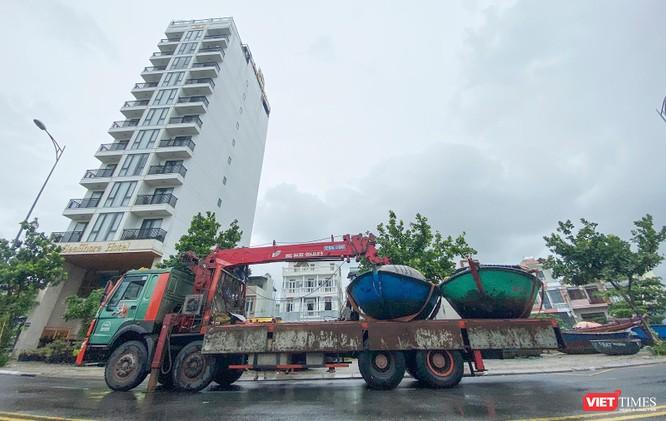 Ảnh: Người dân Đà Nẵng căng mình ứng phó với bão số 5 ảnh 7