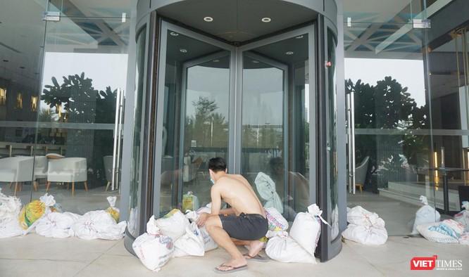 Ảnh: Người dân Đà Nẵng căng mình ứng phó với bão số 5 ảnh 12