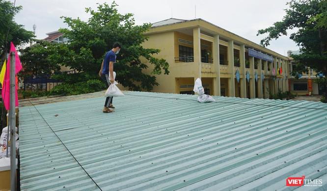 Ảnh: Người dân Đà Nẵng căng mình ứng phó với bão số 5 ảnh 15