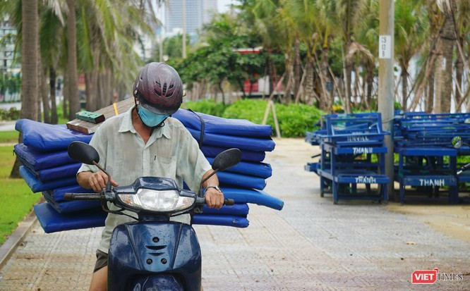 Ảnh: Người dân Đà Nẵng căng mình ứng phó với bão số 5 ảnh 10