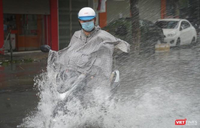 Cập nhật bão số 5 ở Đà Nẵng: Mưa lớn, gió giật mạnh, nhiều tuyến đường ngập nặng ảnh 6