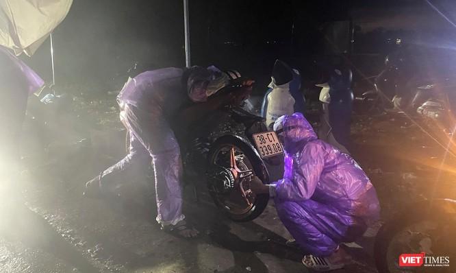 Lần đầu tiên mở hầm Hải Vân cho xe máy của người dân từ miền Nam về quê đi qua ảnh 10