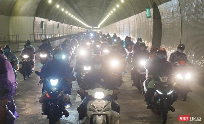 Lần đầu tiên mở hầm Hải Vân cho xe máy của người dân từ miền Nam về quê đi qua ảnh 7