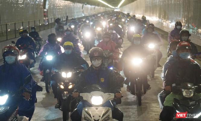 Lần đầu tiên mở hầm Hải Vân cho xe máy của người dân từ miền Nam về quê đi qua ảnh 5
