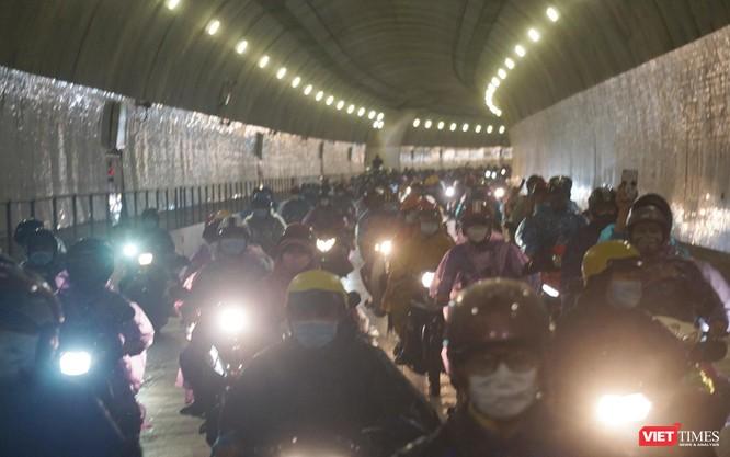 Lần đầu tiên mở hầm Hải Vân cho xe máy của người dân từ miền Nam về quê đi qua ảnh 6