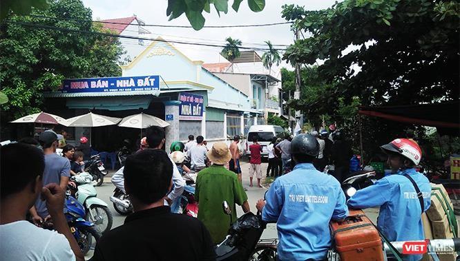 Người dân đang theo dõi hiện trường vụ vây bắt.