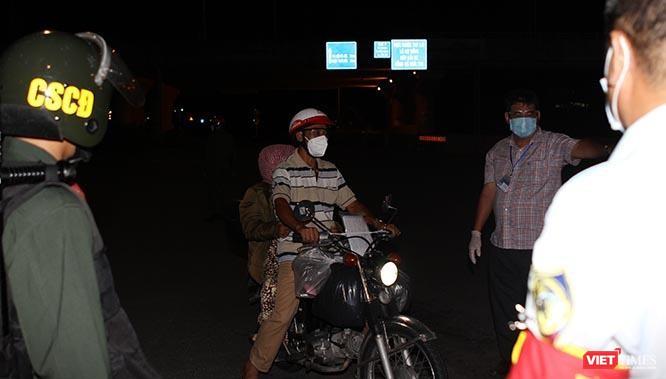 Cảnh vắng lặng sau giờ giới nghiêm ở TP.HCM tối 26/7/2021 ảnh 1