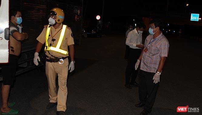 Cảnh vắng lặng sau giờ giới nghiêm ở TP.HCM tối 26/7/2021 ảnh 3