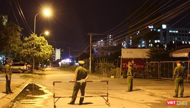 Ngày đêm cắm chốt giãn cách ngăn ngừa Covid-19 ở TP.HCM ảnh 9