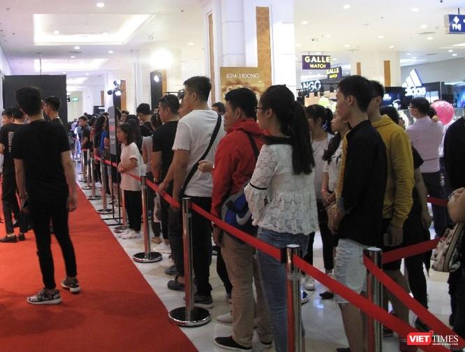 Ngàn người rồng rắn xếp hàng từ sớm để mua đồ H&M Hà Nội ảnh 10