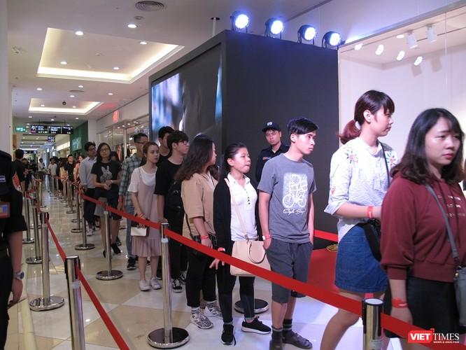 Ngàn người rồng rắn xếp hàng từ sớm để mua đồ H&M Hà Nội ảnh 11