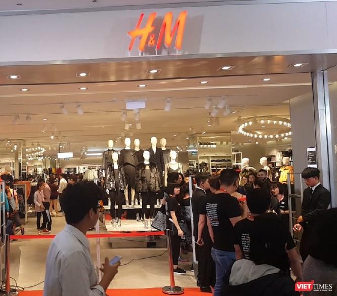 Ngàn người rồng rắn xếp hàng từ sớm để mua đồ H&M Hà Nội ảnh 12