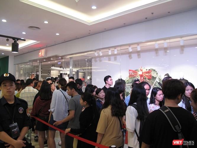 Ngàn người rồng rắn xếp hàng từ sớm để mua đồ H&M Hà Nội ảnh 14