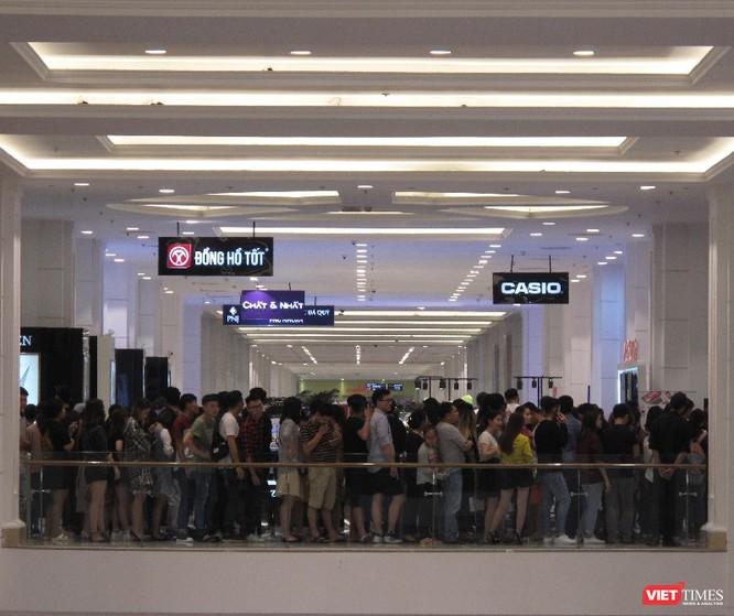 Ngàn người rồng rắn xếp hàng từ sớm để mua đồ H&M Hà Nội ảnh 15