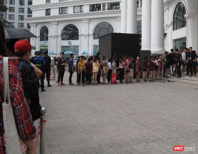 Ngàn người rồng rắn xếp hàng từ sớm để mua đồ H&M Hà Nội ảnh 4