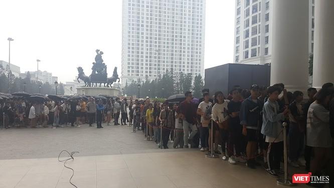 Ngàn người rồng rắn xếp hàng từ sớm để mua đồ H&M Hà Nội ảnh 5