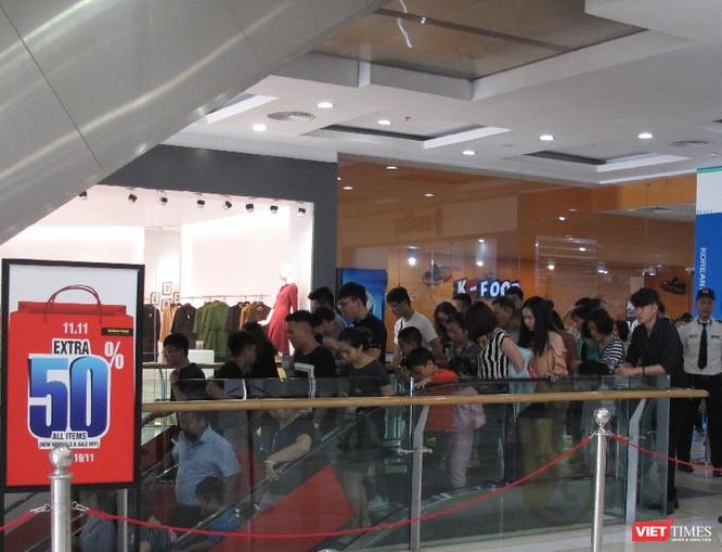 Ngàn người rồng rắn xếp hàng từ sớm để mua đồ H&M Hà Nội ảnh 6
