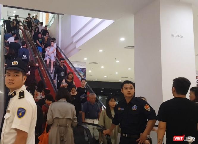 Ngàn người rồng rắn xếp hàng từ sớm để mua đồ H&M Hà Nội ảnh 7