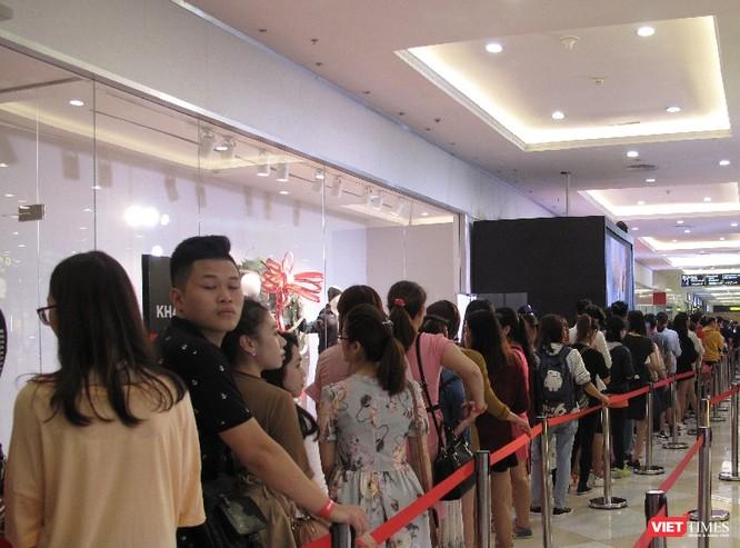 Ngàn người rồng rắn xếp hàng từ sớm để mua đồ H&M Hà Nội ảnh 8