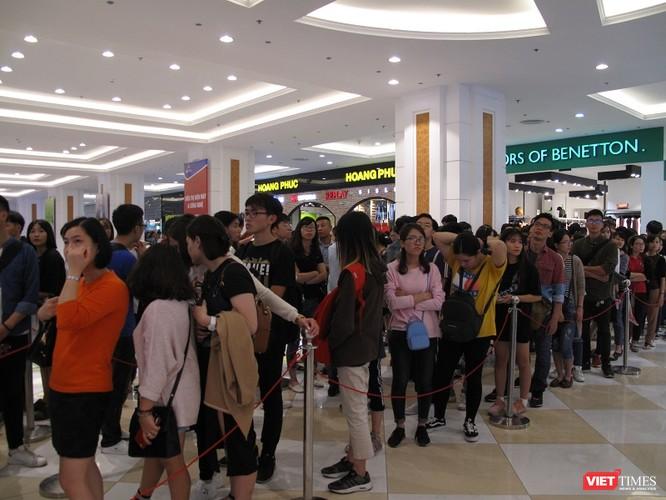 Ngàn người rồng rắn xếp hàng từ sớm để mua đồ H&M Hà Nội ảnh 9