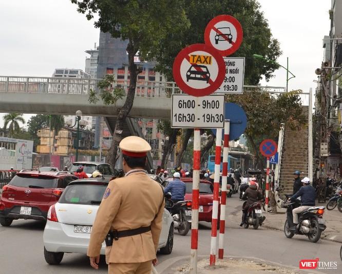 """""""Đại chiến"""" taxi: Tài xế Uber, Grab không bị tuýt còi dù đi vào đường cấm ảnh 1"""