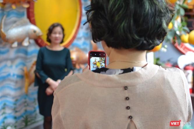 Bên cạnh đi chùa cầu an, các du khách đến Phủ ngày đầu năm cũng tranh thủ chụp ảnh kỷ niệm