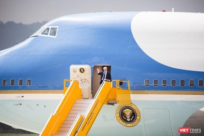 Tổng thống Mỹ xuất hiện ở cửa máy bay