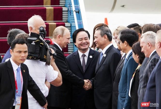 ...và bắt tay các quan chức Việt Nam ra tiếp đón ở sân bay