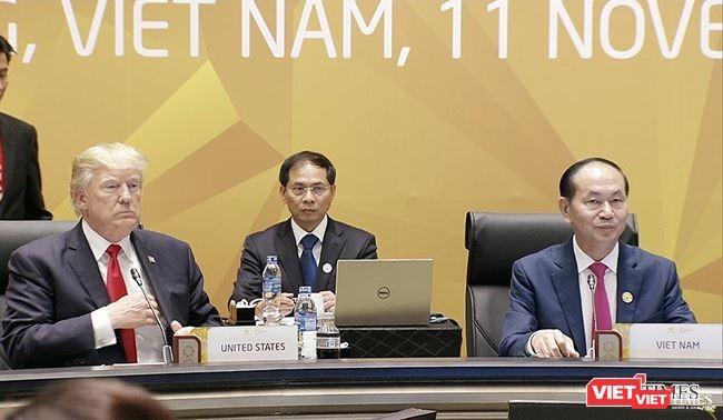 Chủ tịch nước Trần Đại Quang (bên phải) và Tổng thống Mỹ Donald Trump tại APEC 2017 - Ảnh: Hồ Xuân Mai