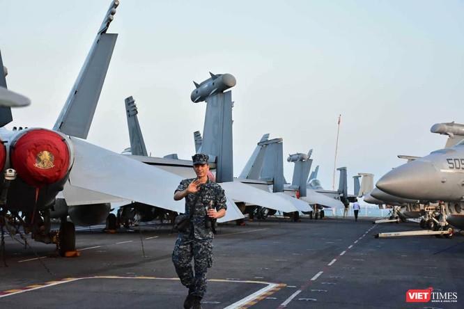 Chiêm ngưỡng tàu sân bay Mỹ USS Carl Vinson đang neo đậu ở Cảng Tiên Sa - ảnh 19