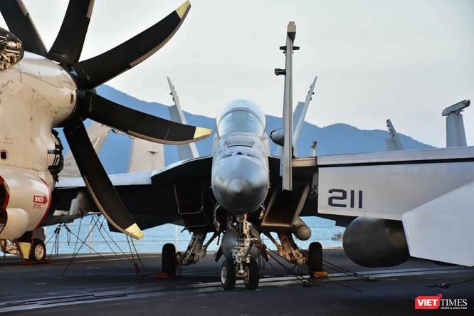 Chiêm ngưỡng tàu sân bay Mỹ USS Carl Vinson đang neo đậu ở Cảng Tiên Sa - ảnh 23