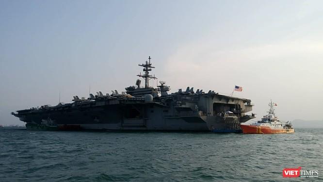 Chiêm ngưỡng tàu sân bay Mỹ USS Carl Vinson đang neo đậu ở Cảng Tiên Sa - ảnh 12