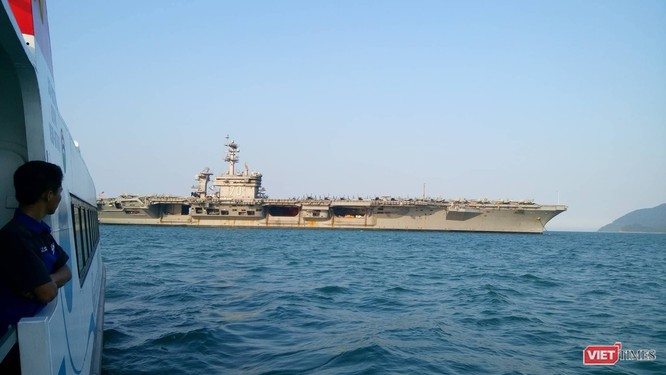 Chiêm ngưỡng tàu sân bay Mỹ USS Carl Vinson đang neo đậu ở Cảng Tiên Sa - ảnh 13