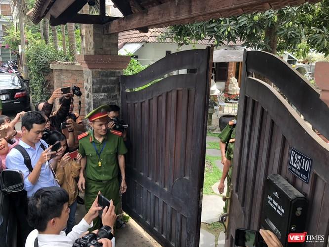 Khám xét nhà cựu Chủ tịch TP. Đà Nẵng: Công an thu giữ 1 máy tính và nhiều tài liệu ảnh 3